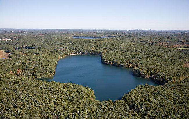 Walden Pond, den idylliske innsjøen i utkanten av byen Concord, der Thoreau bodde to år i ei lita hytte han bygde sjøl.