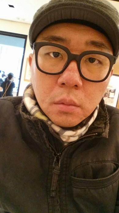 강남 센트럴시티 루이비통 매장에서  프랑스어에 자신감을 비추는 황현수 회장
