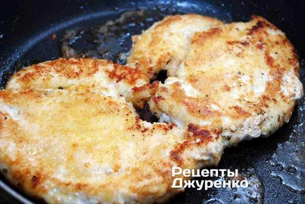 Отбивная из куриного филе жареная в панировке