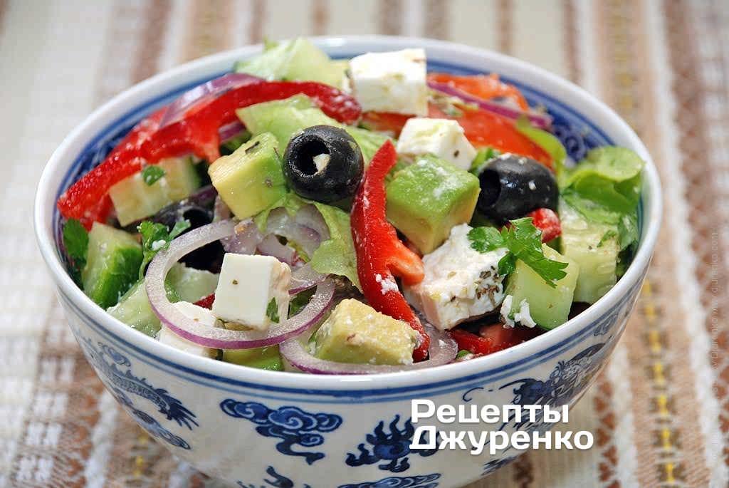 Салат с авокадо, овощами, черными оливками и фета