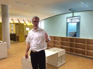 Dr. Jan-Pieter Barbian erklärte das neue Konzept der KInder- und Jugendbibliothek mit bunten Häusern für verschiedene Altersgruppen. Foto: Andreas Probst.