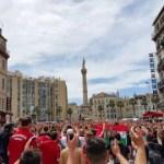 Węgierscy kibice w Marsylii pozdrawiają Polaków