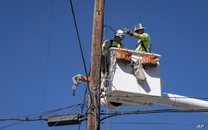 SoCal Edison crews replace power lines that were damaged from the Tick Fire, Thursday, Oct. 25, 2019, in Santa Clarita, Calif…