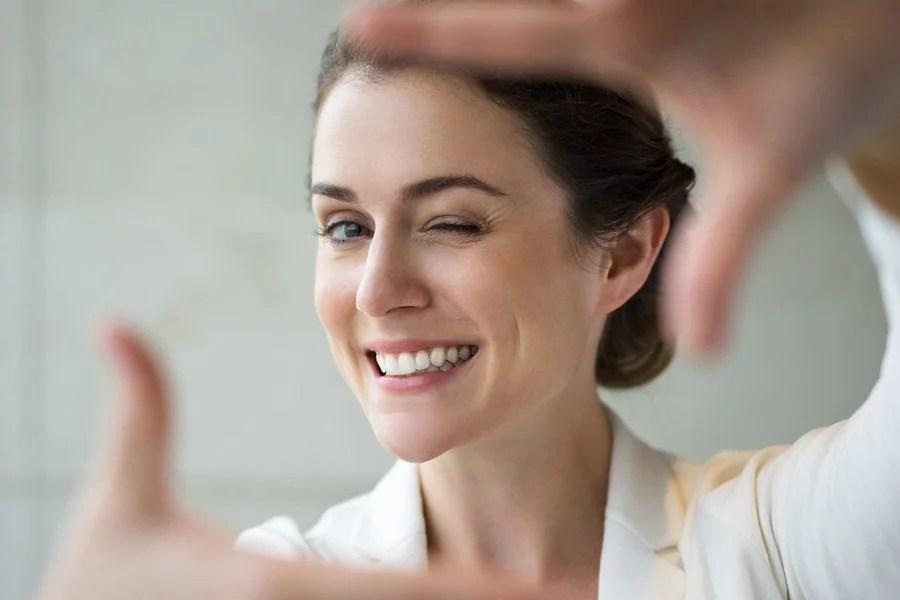 une femme dentiste zoom sur la mise à jour du logiciel Julie