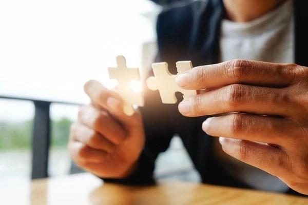deux pièces de puzzle qui s'assemblent