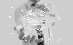 Hombre entregando un holograma en forma de esfera.