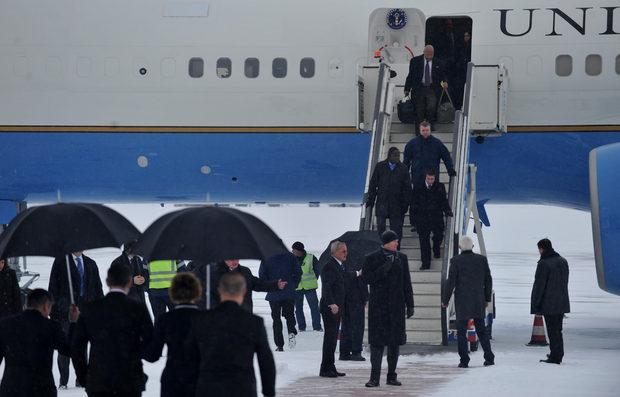 Хилари Клинтън беше посрещната в правителствения сектор на аерогарата от министъра на външните работи Николай Младенов, по чиято покана е визитата й.