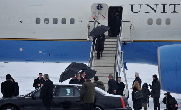 Сред официалните лица на посрещането бяха посланикът на България в САЩ Елена Поптодорова и посланикът на САЩ у нас Джеймс Уорлик.