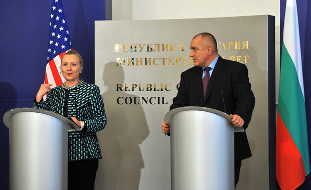 """Сред темите на срещата очаквано беше и мораториумът за проучвания и добив на шистов газ в България, наложен от парламента. Мораториумът беше приет по повод решение на правителството да позволи на американската компания """"Шеврон"""" такова проучване в Нови пазар, което беше отменено. Следващата седмица в България ще дойде специалният пратеник на САЩ за евроазиатските енергийни въпроси Ричард Моргенщерн, който ще обсъди с институциите темата шистов газ и опазване на природата, съобщи Клинтън."""