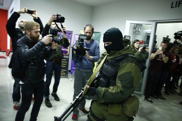 Въоръжен мъж напуска хотел Москва в Симферопол, Крим.