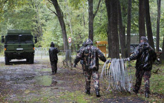 Унгарските войски теглят тел по границата със Словения на фона на миграционната криза