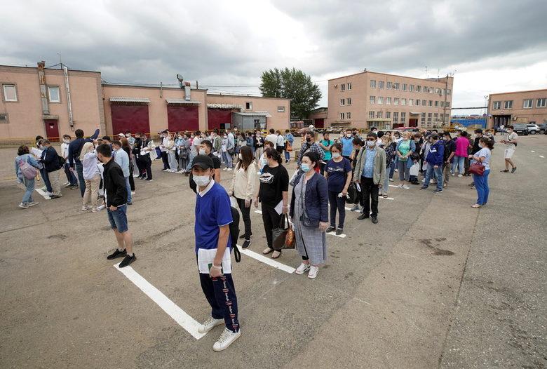 Чужденци, работещи в Москва чакат на опашка за ваксинация. Властите направиха имунизациите задължителни за голяма група хора и професии в опит да ограничат силната четвърта вълна на пандемията