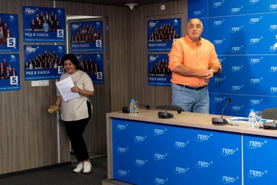 На входа на третата пресконференция Бойко Борисов покани членовете на партията да го аплодират.