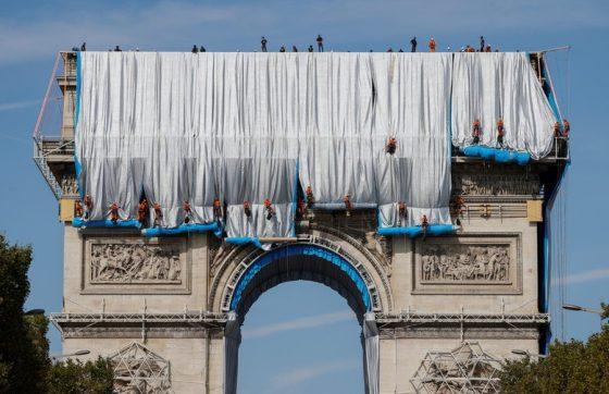 В Париж мечтата на Христо да постави Триумфалната арка вече се сбъдва.