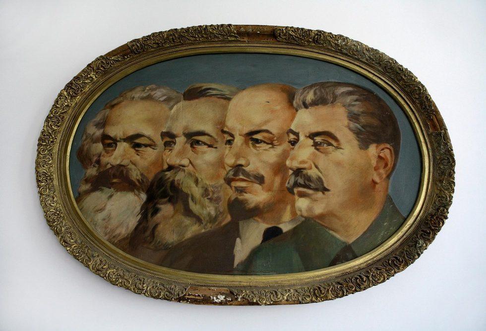 В кафенето на музея обстановката също поддържа духа на социалистическото изкуство. В него са поставени плакати от 50-те години с различни лозунги, които са печатни копия на оригинали, съхранени в Националната художествена галерия. Някои от тях дори са работни копия, по които се виждат бележки с молив на автори като Александър Стаменов, Иван Кирков, Люба Парикарова.