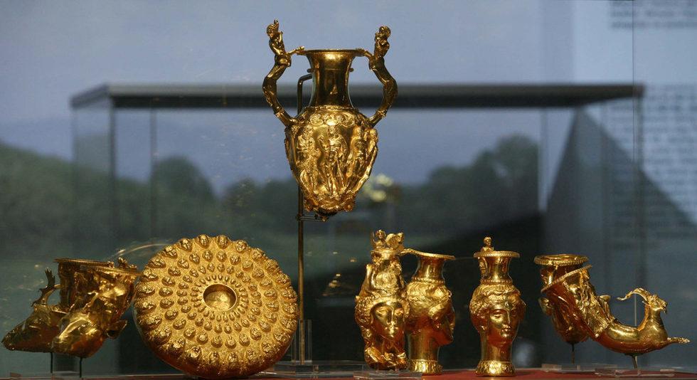 """Панагюрско съкровищеПанагюрско златно съкровище е тракийски античен златен сервиз за пиене, състоящ се от девет златни съда с общо тегло 6,164 кг и открит на 8 декември1949 г. в района на гр. Панагюрище в местността """"Мерул"""" .Сервизът включва една амфора с дръжки във форма на кентаври, три ритона с формата на женски глави (амазонки), три ритона с формата на животински глави и един, оформен като предна част на тяло на козел. Ритоните са украсени с релефни изображения на митологични сцени с участието на известни герои от древногръцката митология."""