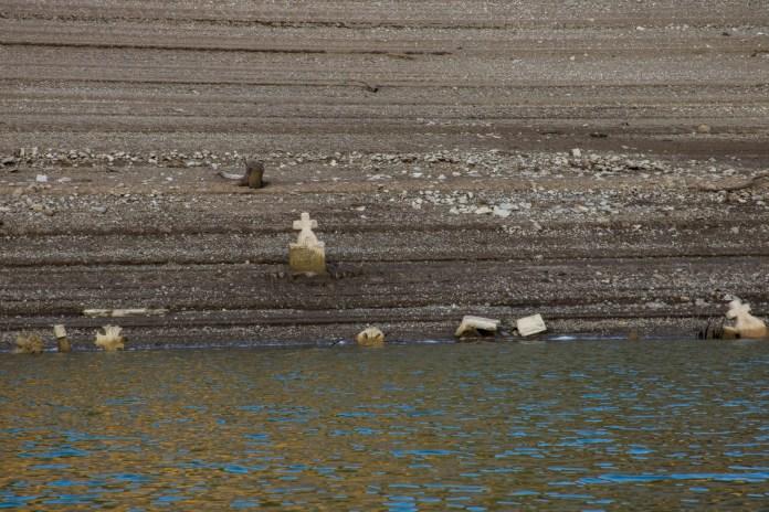 НАДРЕАЛНЕ ФОТОГРАФИЈЕ! На језеру у срцу Србије ИСПЛИВАЛО СЕЛО И ГРОБЉЕ деценијама ПОТОПЉЕНО (ФОТО) 1