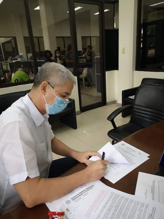 Negros Occidental Governor Eugenio Jose Lacson signs EO No. 20-20, Series of 2020 placing the entire province of Negros Occidental under Enhanced Community Quarantine (ECQ). | Photo from  Provincial Government of Negros Occidental FB page.