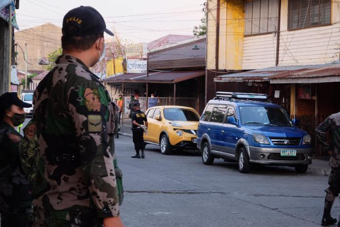 Policemen cordon off the area near a fitness gym where controversial ex-cager Manuel Huelar was shot dead today in Bacolod City. | Photo by Banjo C. Hinolan