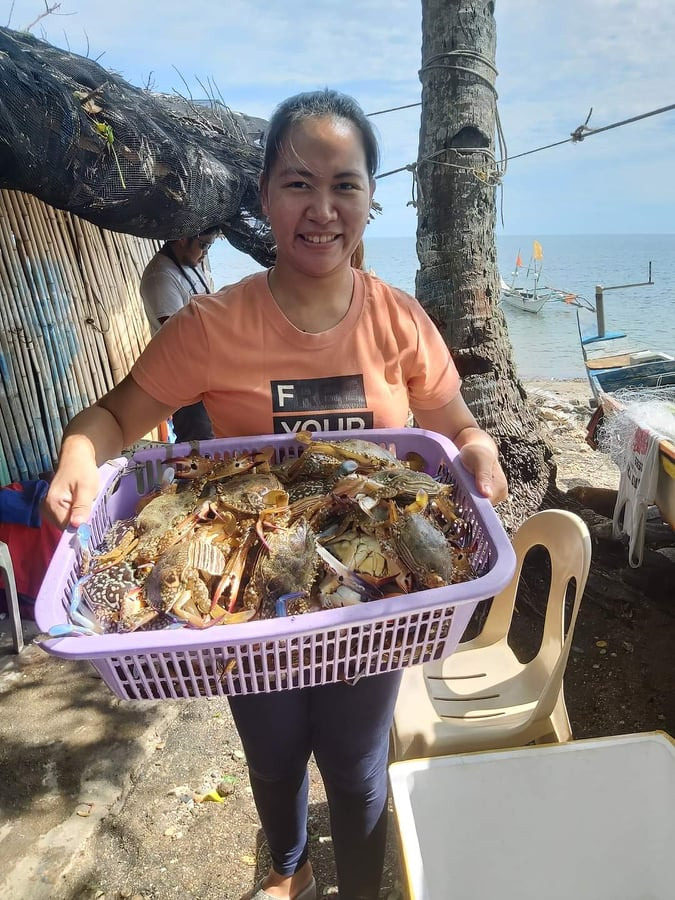 Pia Yap-Maestrecampo, showing off some of the wares she is selling -- fresh crabs.  Pia has to resort to online selling after her husband -- a seafarer -- got stranded during the pandemic. |  Photo from Pia Yap-Maestrecampo's Facebook page