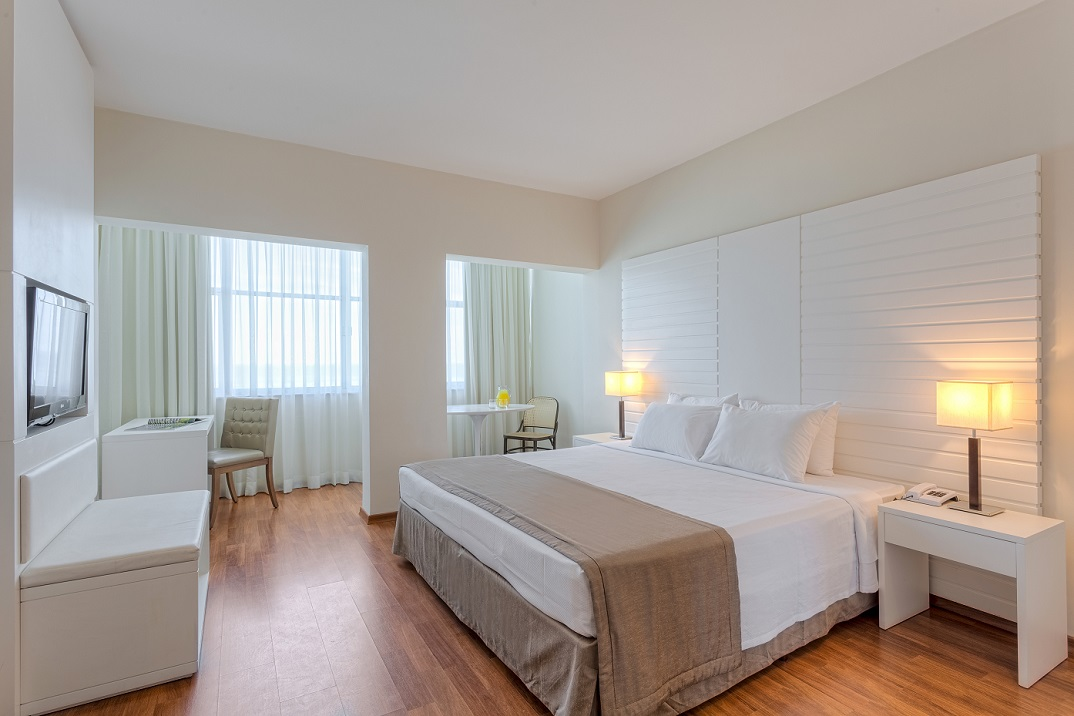 Ocean front room mercure rj copacabana carnival package for Rooms to go tv package 2015