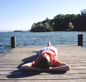 Junger Mann entspannt auf Steg