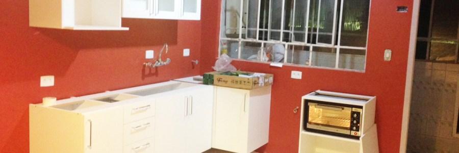 Cozinha vermelha já com móveis brancos