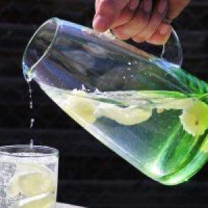 Cura cu apă alcalină. Un medic român susține că apa alcalină combate orice boală cronică