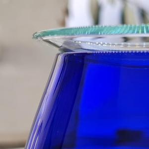 Pani e uagliu extravergine d'oliva. Dettaglio del bicchiere per l'assaggio dell'olio d'oliva, blu cobalto.
