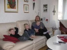 Massa människovalpar i soffan - Axel, Theo å Elin + Carolin