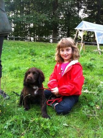 Annie med en brun hund.