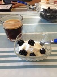 Dubbel espresso och björnbär med vaniljyoghurt. Jo, det gick ner hos våra människor.
