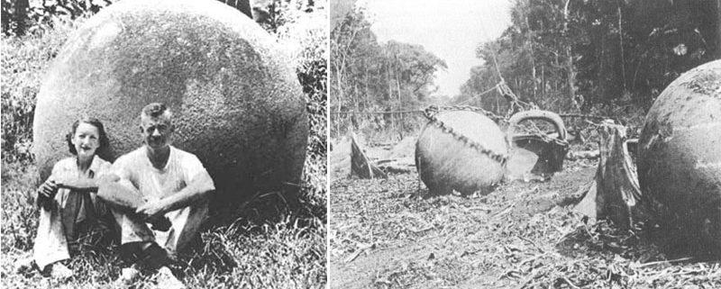 Doris Stone y Samuel Lothrop sentados frente a una de las esferas de piedra