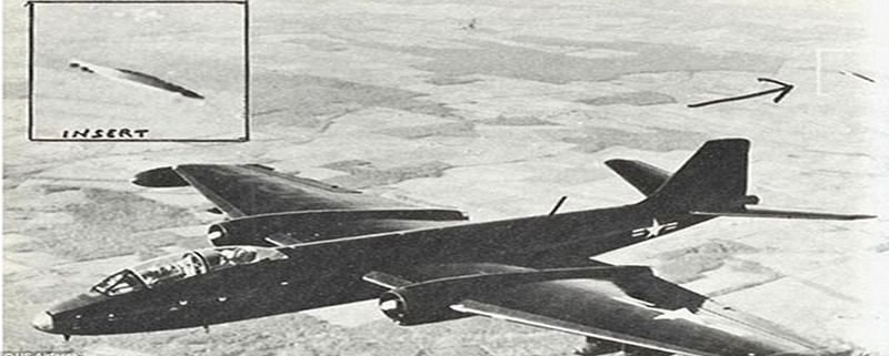 """En ocasiones los """"no identificados"""" han mostrado interés en aviones militares como en el caso que muestra esta fotografia tomada en 1957 en el cielo de California"""