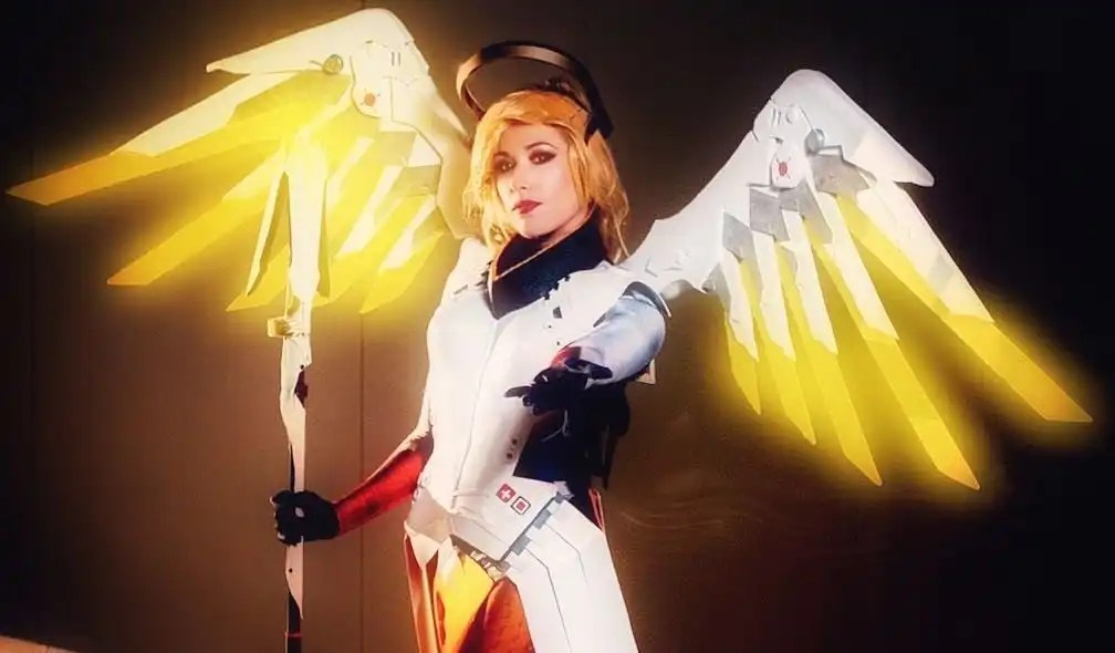 Il cosplay dell'angelica Mercy di Overwatch!