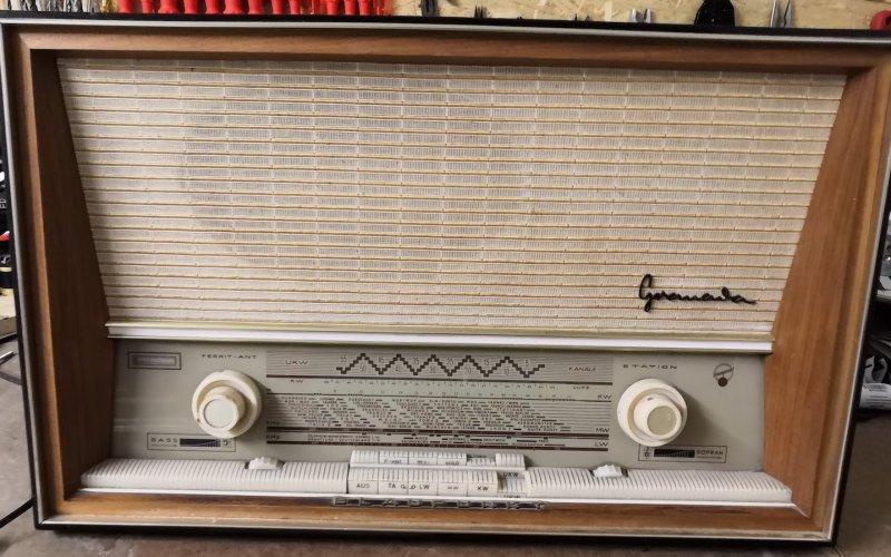 Retroradio auf Werkbank