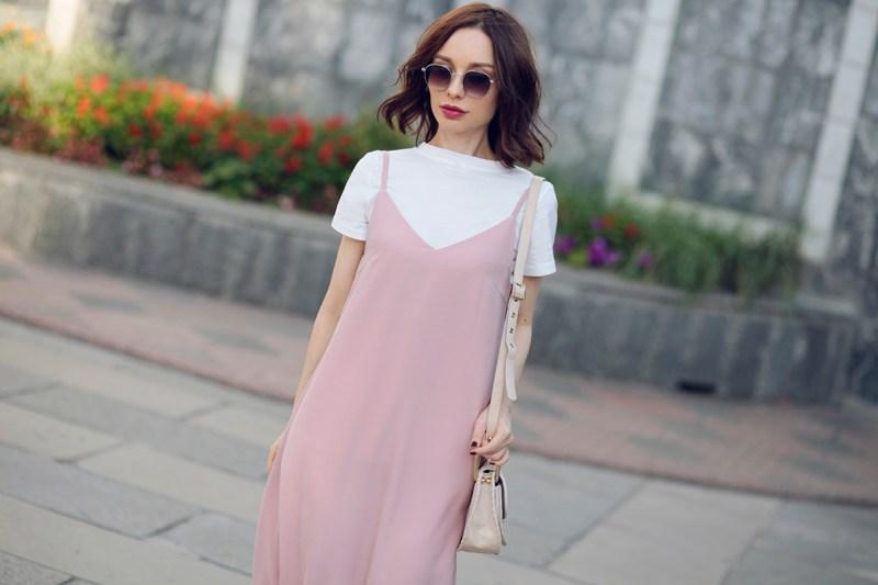 Sonya-Karamazova-slip-dress-over-tshirt-platie-kombinatsiya