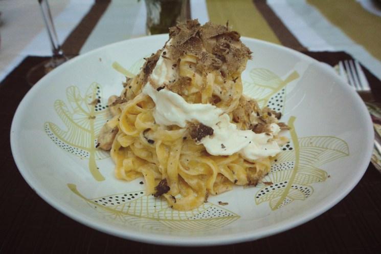 Pasta-Berg mit Lavastrom-Strom aus frischer Burrata – der Stracciatella des Käse