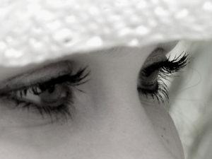 Hindi Poetry on eyes एक लम्बा सा सफर तय करके थक गयीं हैं मेरी आँखे