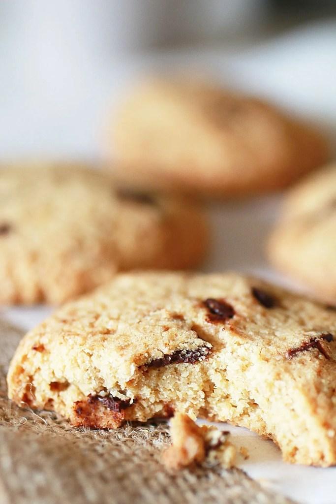 Biscotti con Gocce di Cioccolato e Farina di Avena sul tavolo