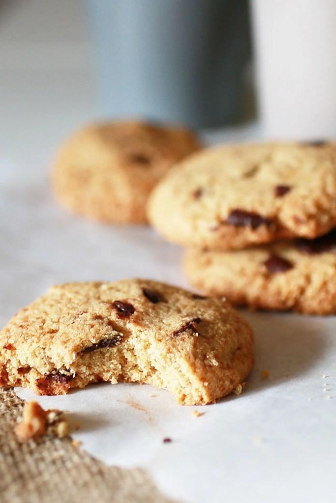Biscotti con Gocce di Cioccolato e Farina di Avena appena sfornati
