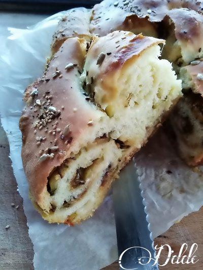 Focaccia arrotolata ripiena di zucchine e salsiccia
