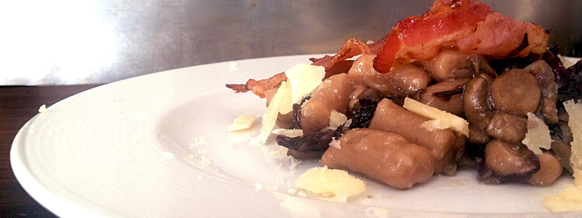Gnocchi con farina di castagne, funghi, radicchio e rigatino croccante