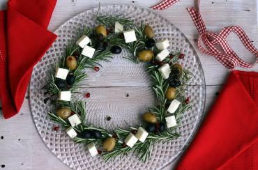 Ghirlanda di rosmarino con olive e formaggi