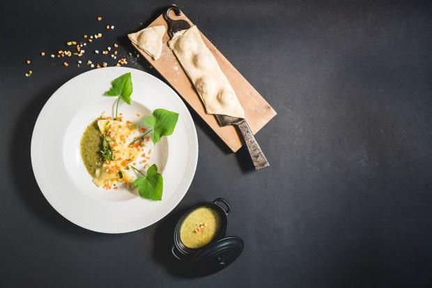 Teller mit Maultaschen und Sauerampfersauce