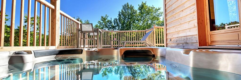 spa jacuzzi privé en terrasse cabane perchée dans les arbres spa champagne nuit insolite romantique cabane perchée dans les arbres Occitanie Domaine de la Male
