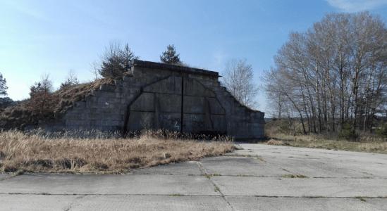 jeden z hangárů