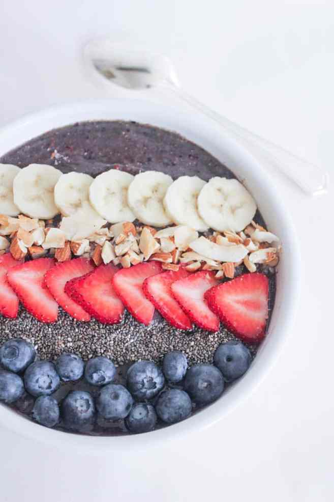 Vegan-Berry-Green-Smoothie-Bowls-with-fruit-and-granola-3