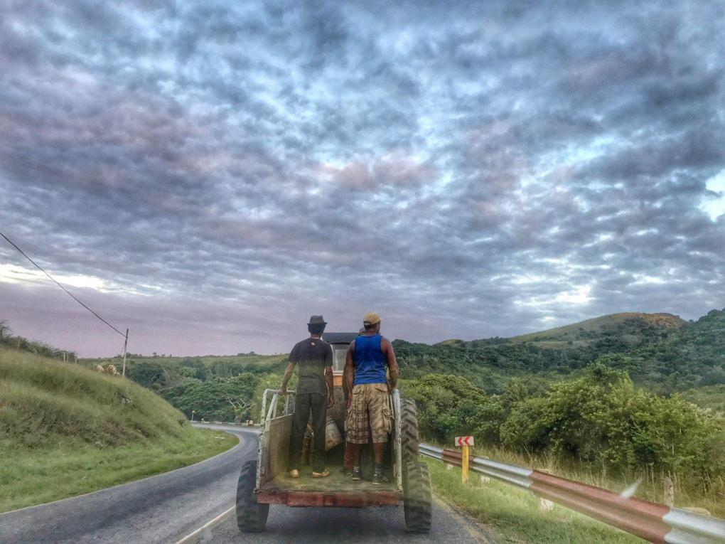 Hitchhiking in Cuba - Pidiendo Botella