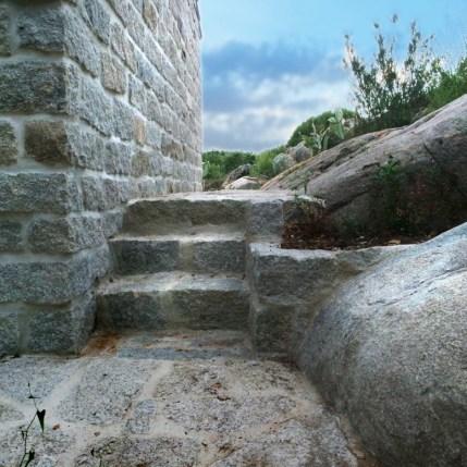 Dettaglio di scalini in granito; aiuola adiacente in granito e pavimentazione marciapiedi esterno in granito - Particular of granite steps, granite flowerbed and pavements